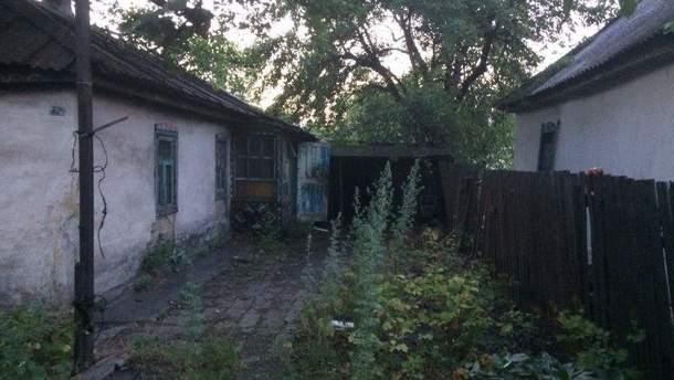 Подвір'я, де знайшли тіло дівчинки