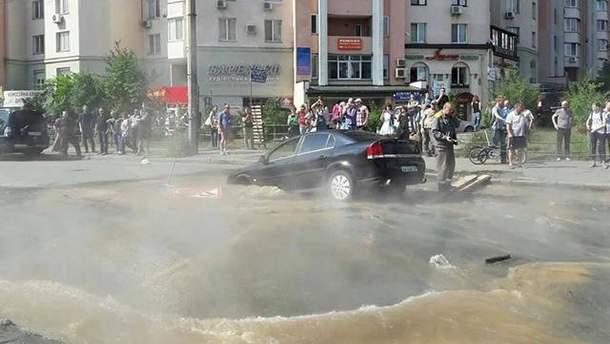В Киеве автомобиль провалился в огромную дыру в асфальте: есть пострадавшие