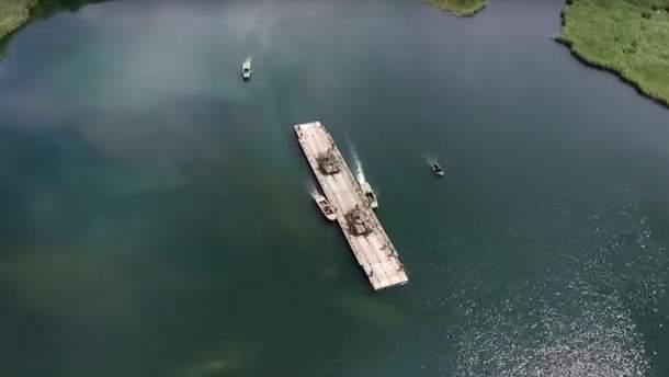 Переправа танків через річку: військові показали видовищне відео