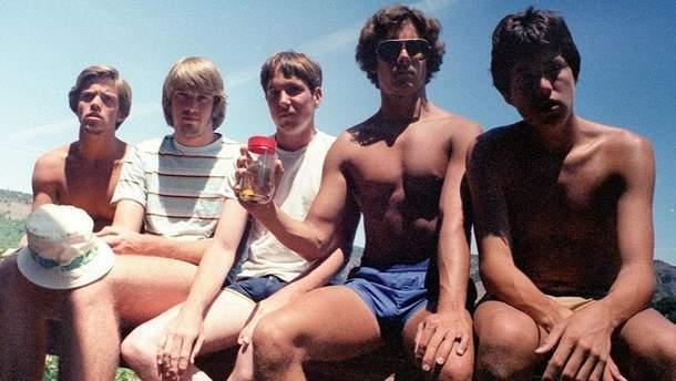 Пятеро друзей в течение 35 лет делают одинаковые фото