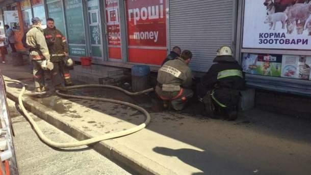 Вогнеборці ліквідовують пожежу в кіоску