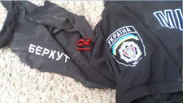 """Экс-""""беркутовец"""" отказывался снимать футболку, поэтому ветерану АТО пришлось применить силу"""