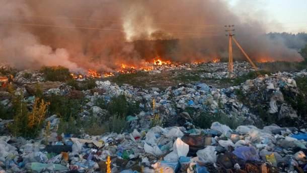 Под Киевом произошел пожар на нелегальной свалке