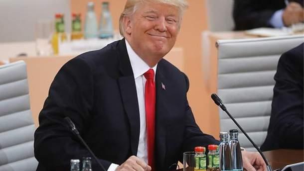 Трамп поборовся з вітром за кашкет військового