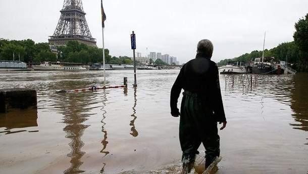 Злива в Парижі