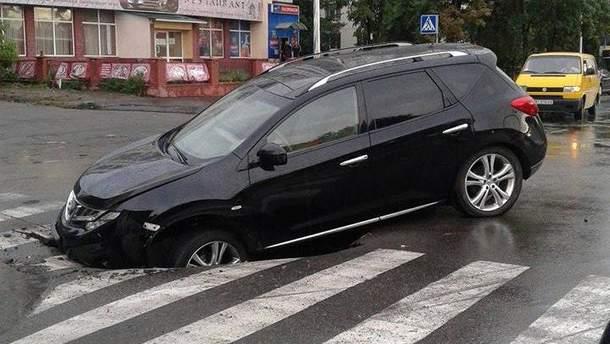 Авто провалилось под свежий асфальт в Киеве