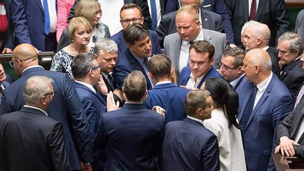 Гарячі дебати у Сеймі Польщі щодо нового закону про Верховний суд