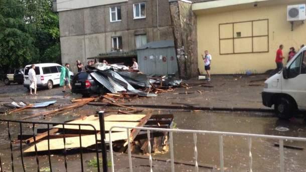 Вітер зірвав дах з будівлі у Львові