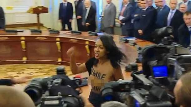 Активистка FEMEN обнажила грудь на Банковой