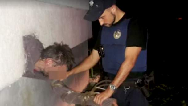 Грабіжник застряг у вентиляційному вікні під час втечі у Львові