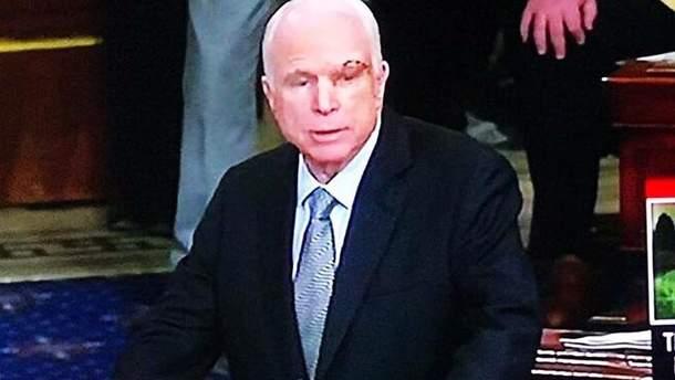 Джон Маккейн після операції прийшов голосувати в Сенат