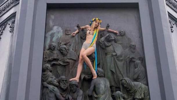 Обнаженная активистка движения Femen