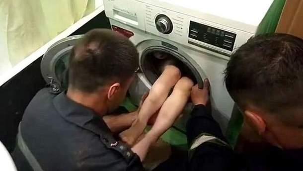 Ребенок застрял в стиральной машине