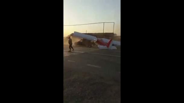 Літак протаранив машину, злітаючи з автотраси в Чечні: неочікуване відео