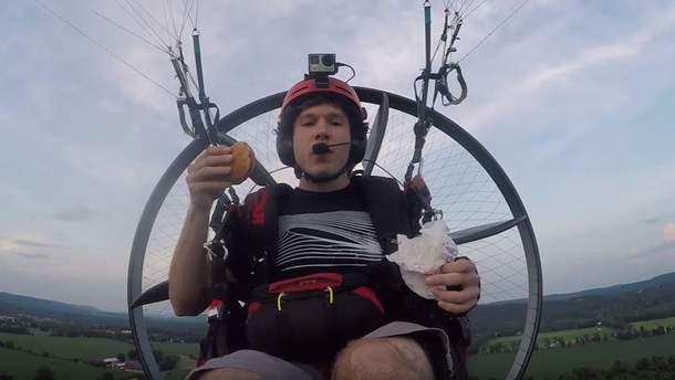 """Американець злітав в """"МакДональдз"""" на літальному апараті, щоб купити бургер"""