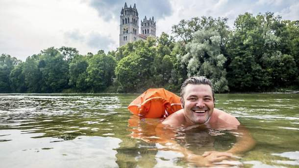 Бенджамін Девід плаває на роботу