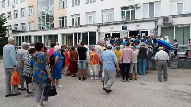 В Криму люди стоять у величезних чергах до поліклінік