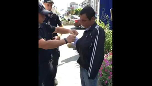 Поліція викрила жебрака, який прикидався безруким