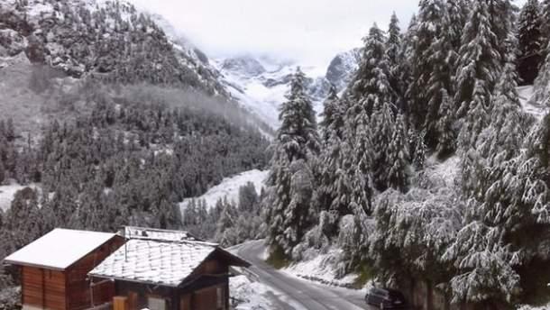 Сніг посеред літа випав у швейцарських Альпах
