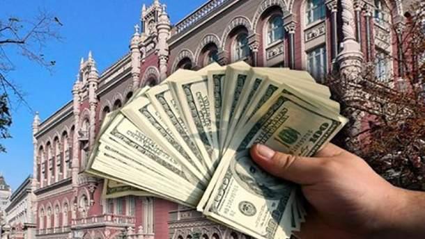 НБУ скуповує долари