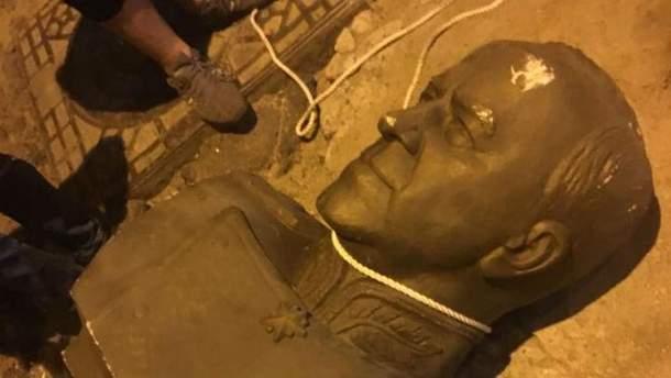 В Одесі повалили бюст Жукова