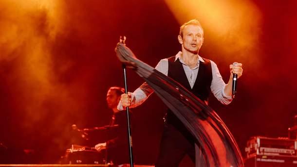 Вакарчука поймали в компании известного российского музыканта