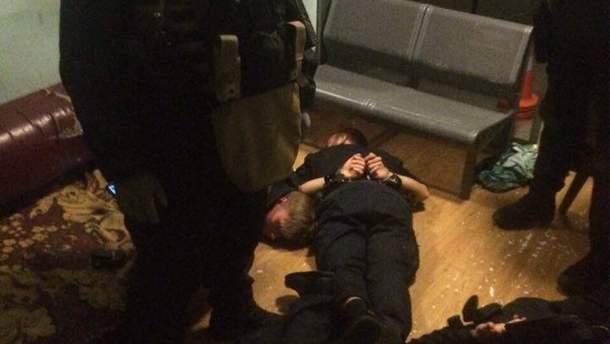 В Киеве задержали полицейских, которые избивали людей и содействовали преступникам