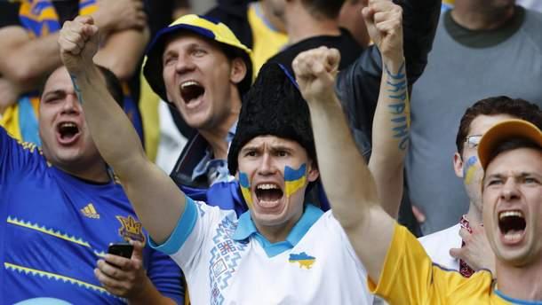 Украинские болельщики устроили патриотический перфоманс