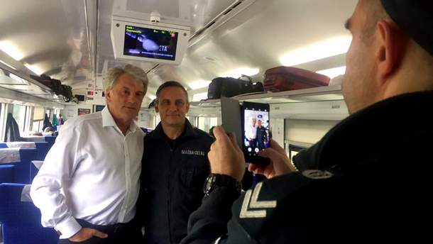 """Ющенко прокатався потягом """"Інтерсіті"""" до Перемишля"""