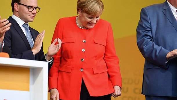 В Меркель бросили помидором