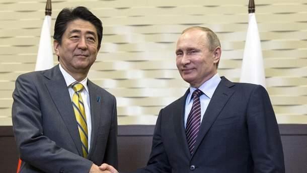 Синдзо Абэ и Владимир Путин проводят встречу во Владивостоке