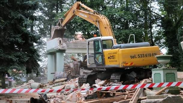 Знесення радянського мавзолею у Польщі