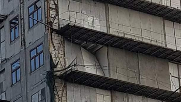 """В незаконной надстройке вблизи """"Эмпориума"""" рухнула панель"""