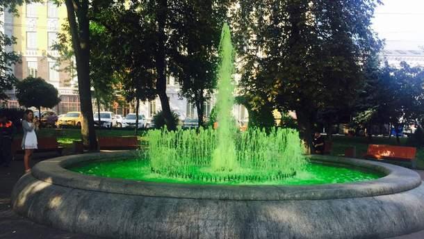 Фонтан позеленел