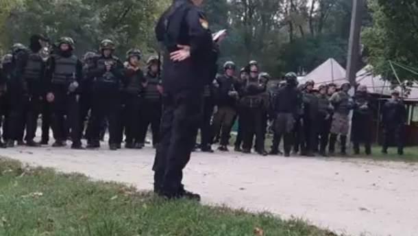 """Співробітники МВС блокують ветеранів батальйону """"Донбас"""" під Львовом"""