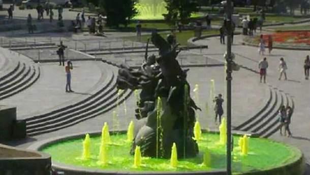 Фонтаны в центре Киева позеленели