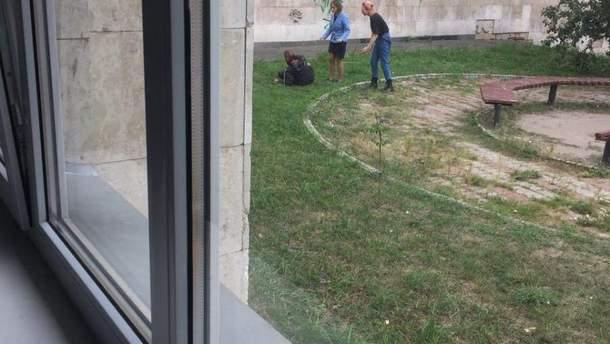 В Киеве возле КПИ парень пытался перерезать себе горло