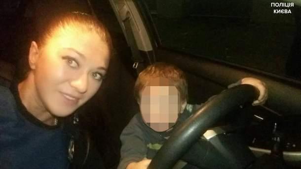 Поліцейські врятували від п'яної горе-матері 2-річного малюка, якого вона напередодні хотіла скинути з 6 поверху