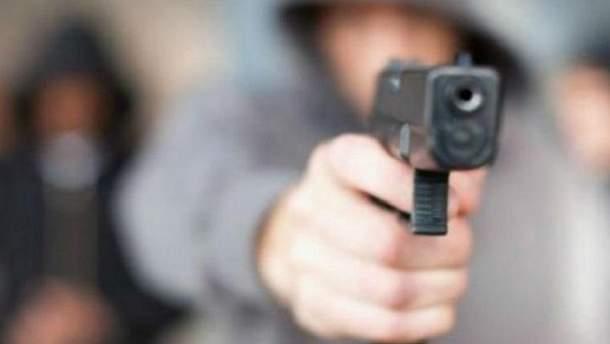 В Киеве возле школы мужчина подстрелил подростка из пистолета