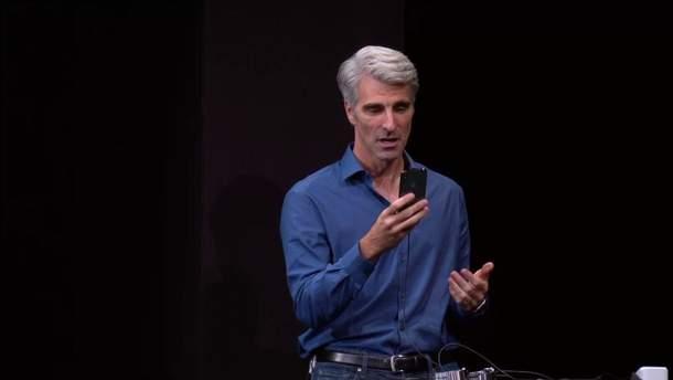 Крейг Федеріго в момент конфузу з технологією Face ID в  iPhone X