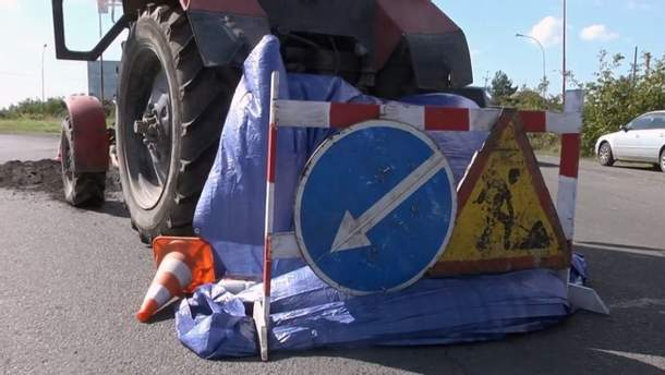 Рабочего затянуло под трактор во время дорожных работ на Закарпатье: мужчина погиб