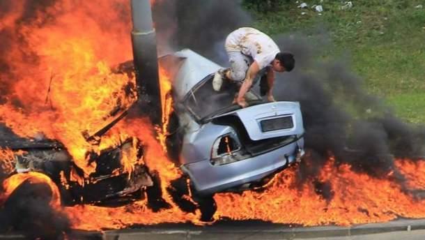 Водій, який дивом врятувався з палаючого авто у Києві, помер