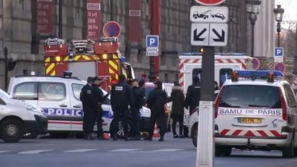 В центре Парижа мужчина с ножом напал на солдата