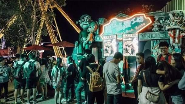 У Гонконзі відвідувача парку розваг вбила труна