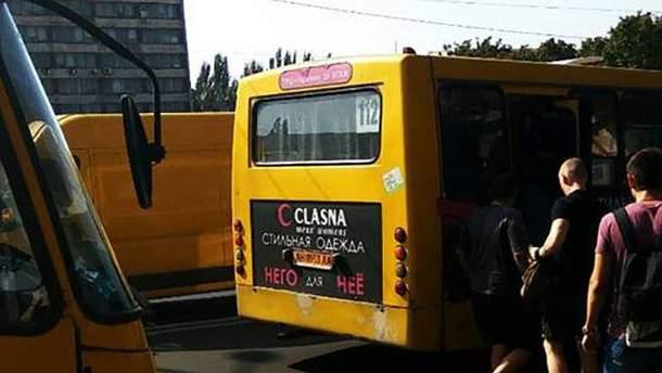 Водитель маршрутки несколько метров тащил пенсионерку по асфальту в Мариуполе