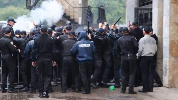"""Столкновения между полицией и болельщиками """"Карпат"""" в Ивано-Франковске"""