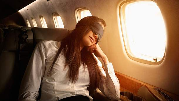 Спать в самолете во время полета опасно
