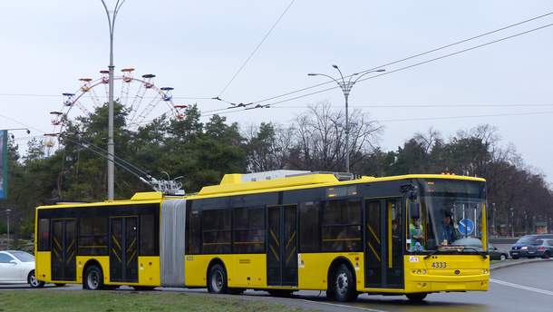 У Києві обстріляли тролейбус