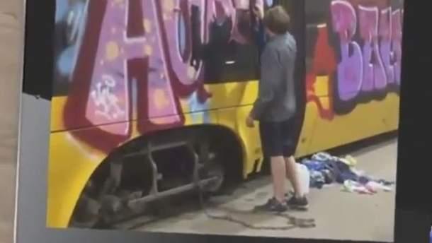 В Польше украинца приковали цепью к трамваю за нарисованное граффити