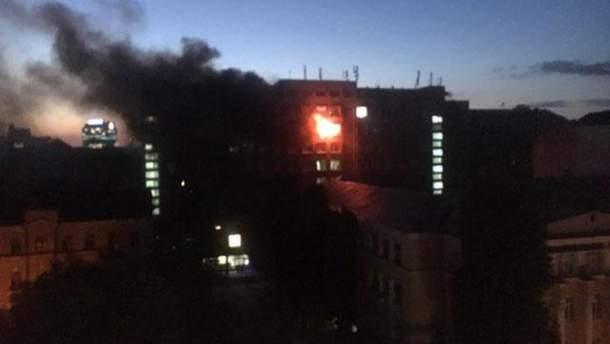 Рятувальники виявили обвуглене тіло на місці пожежі у Київському виші